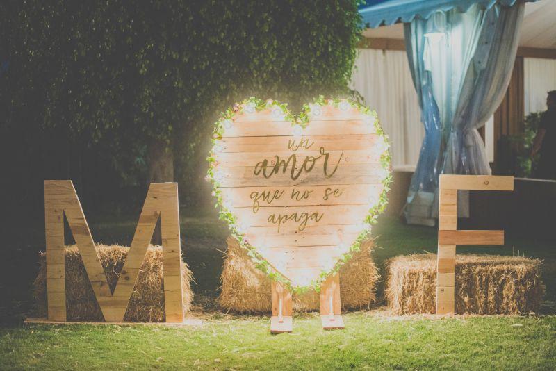Corazón de madera, letras bodas, iluminacion