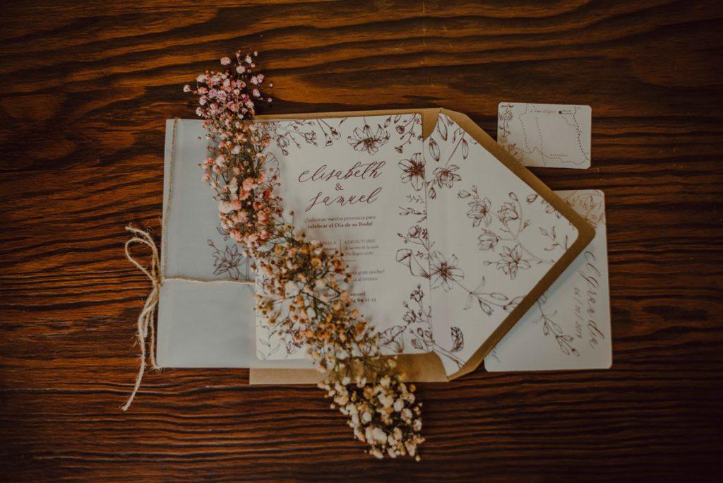 Invitaciones de boda originales acabadas con papel foil