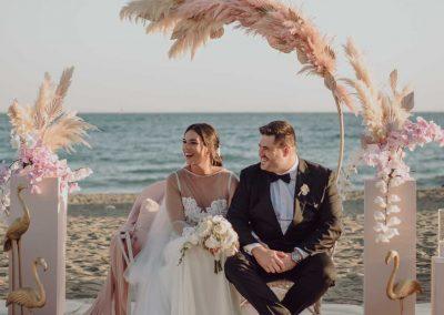 Ceremonia de boda en la playa. Mar, sol, tonos rosa y mucho estilo