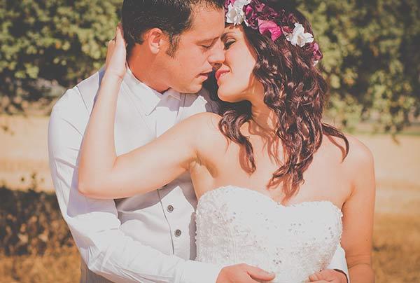 Postboda romantico en un campo de Girasoles y trigo