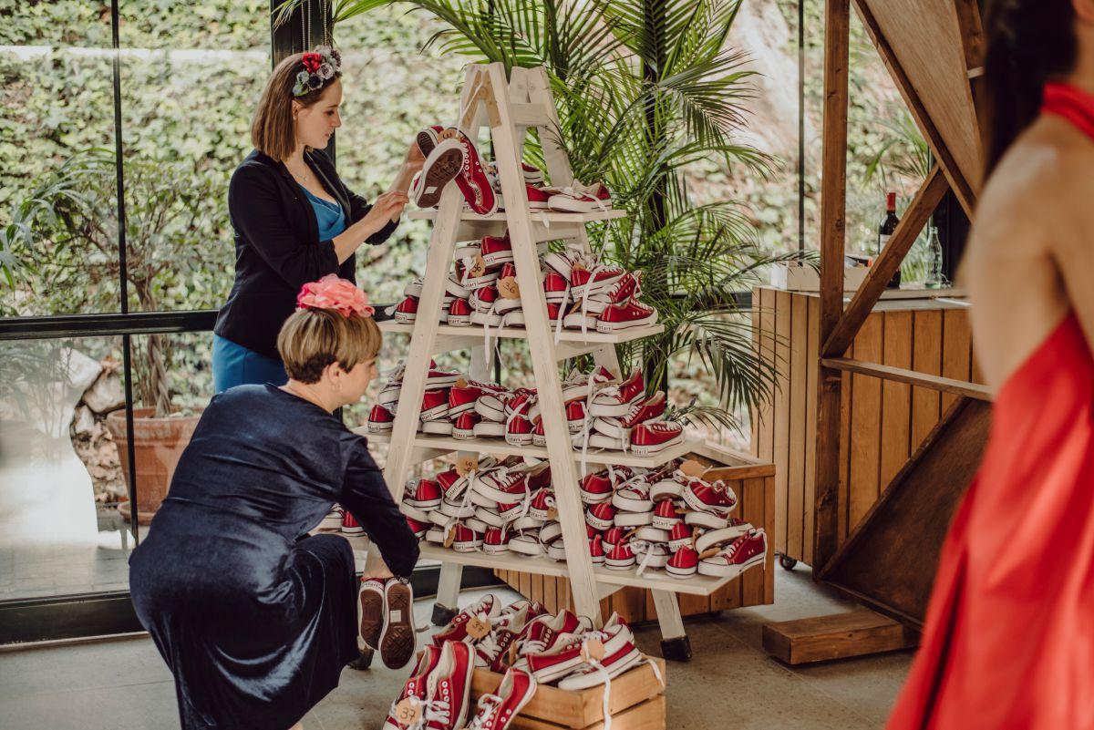 Rincón de zapatillas para invitados de boda