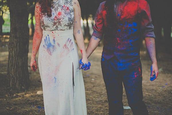 Fotografia preboda a todo color con polvos holi y humo de colores