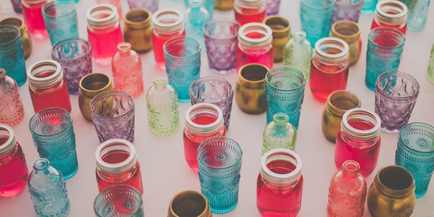 Vasos y platos para decoraciones de mesas de bodas