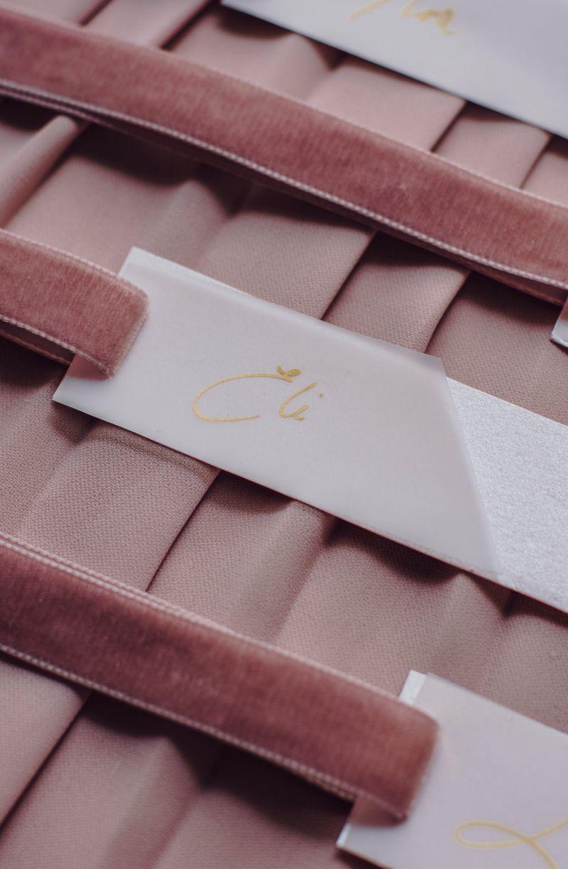 Marcasitios rosas y papel vegetal