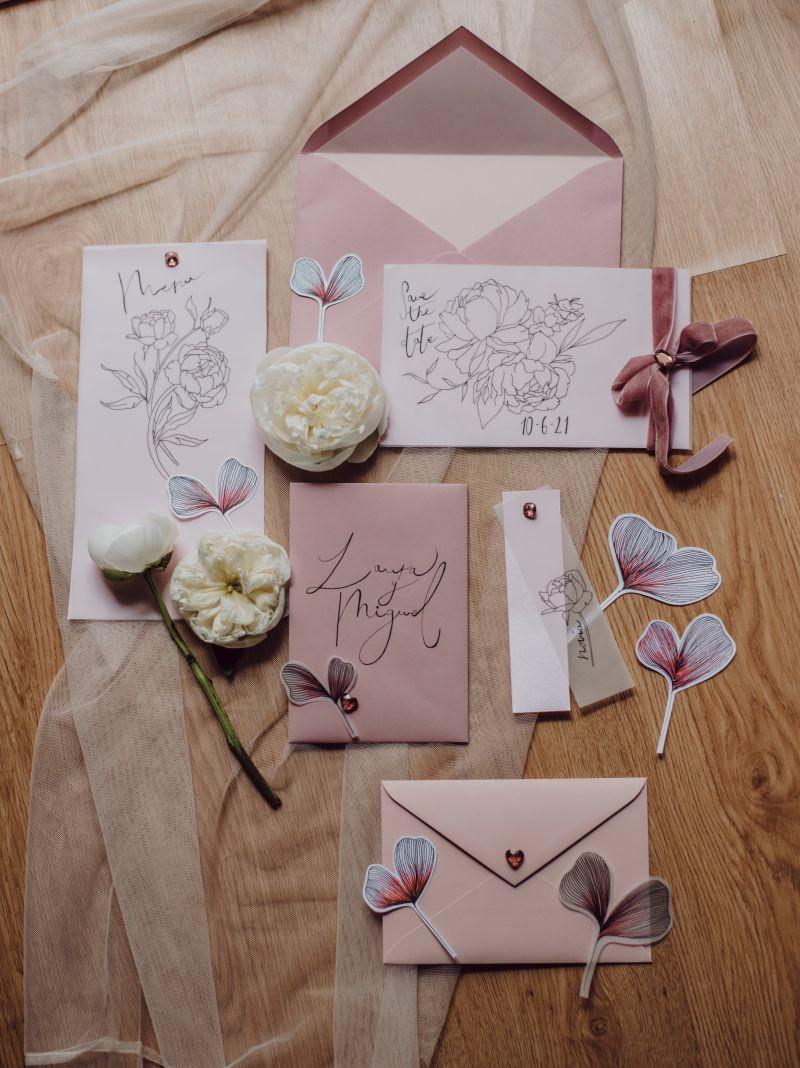 Detalles de bodas elegantes en tonos rosas