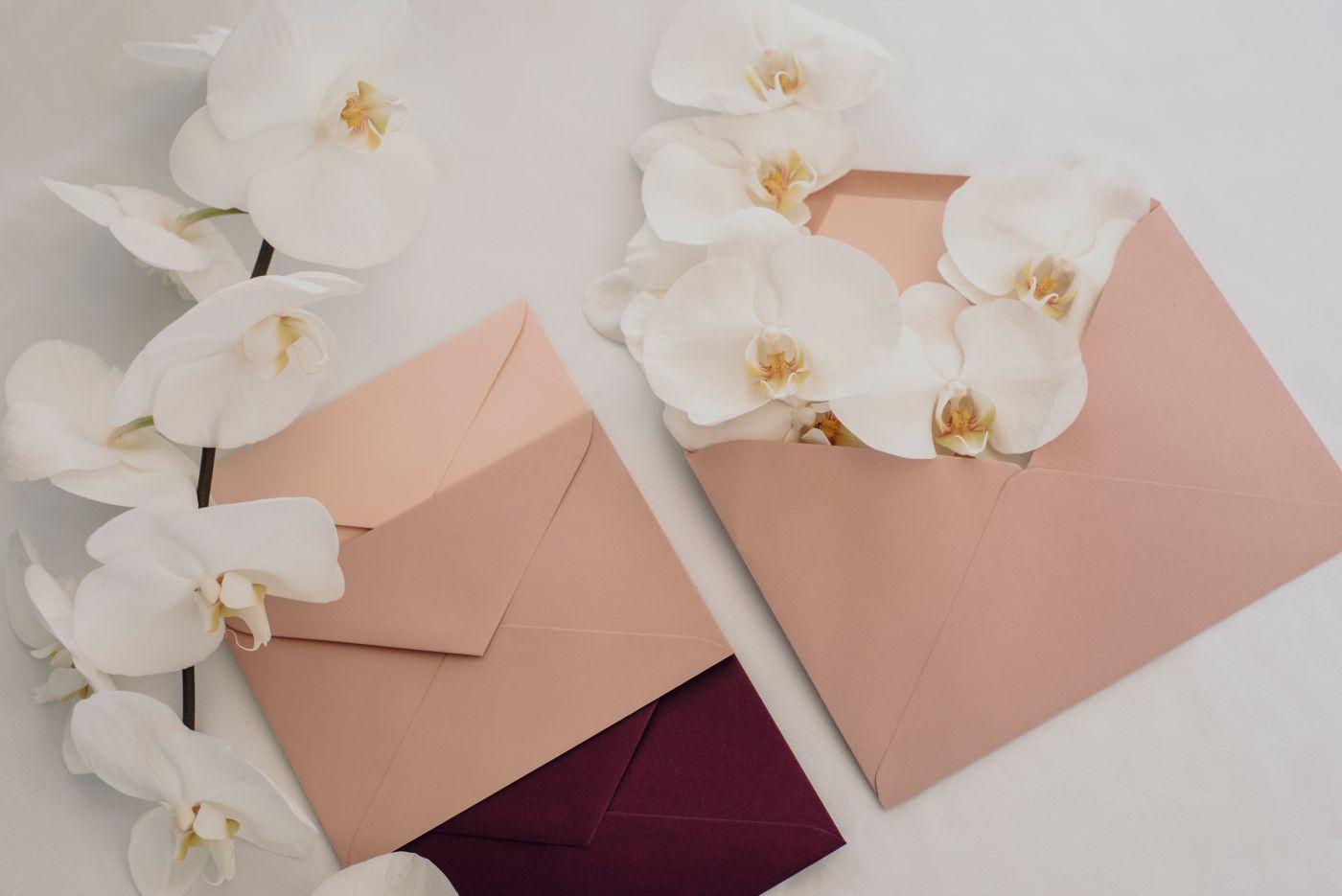 Sobres invitaciones en tonos rosas