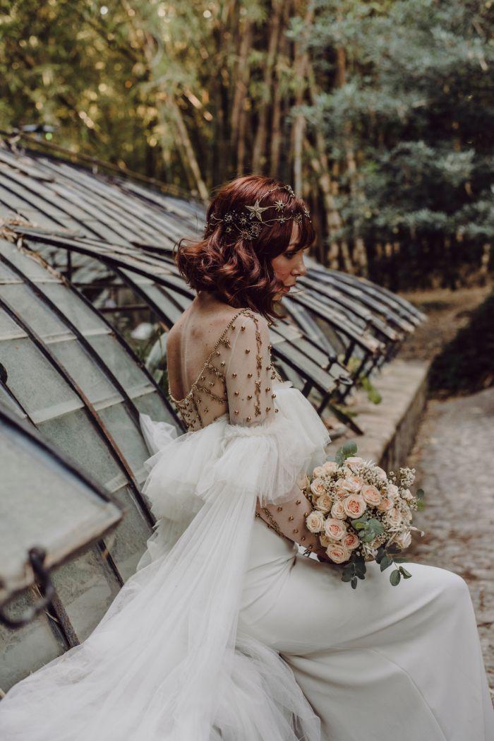 Tocados y ramos para novias elegantes y naturales