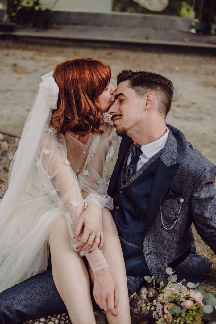Un inocente beso durante el transcurso de la boda