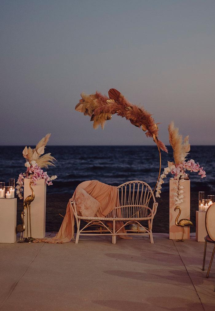 Ceremonia de boda al anochecer junto al mar