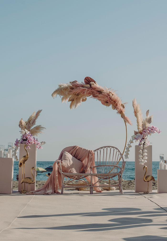 Ceremonia de boda de día junto al mar