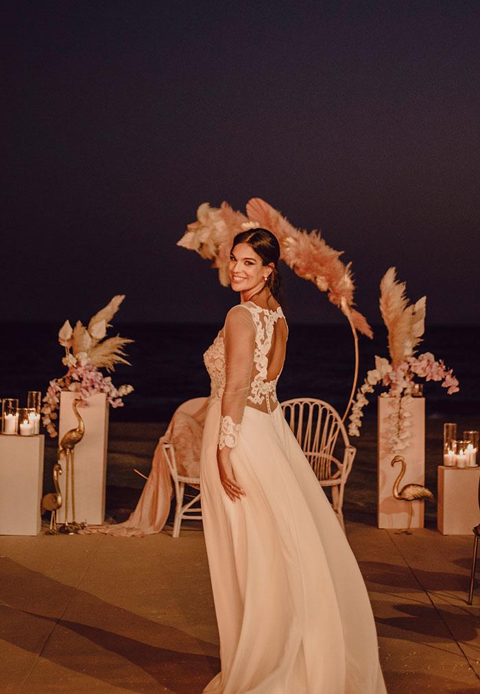 Ceremonia de boda de noche junto al mar