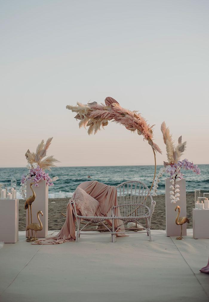 Ceremonia de boda al atardecer junto al mar