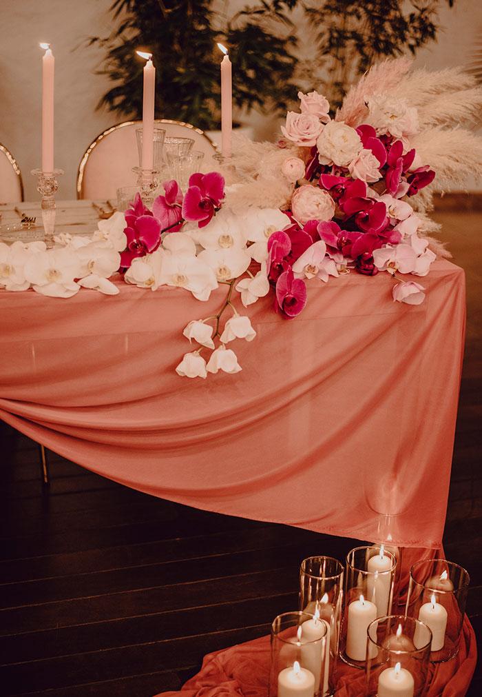 Mesa de novios decorada con tonos rosas