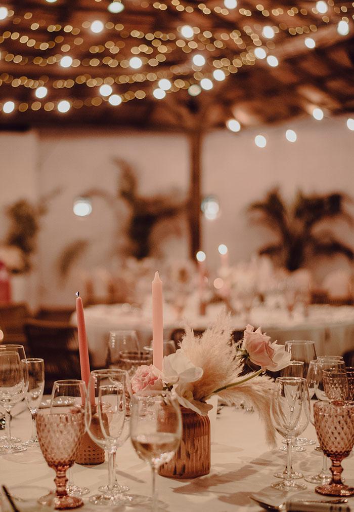 Decoración mesas invitados de boda de noche