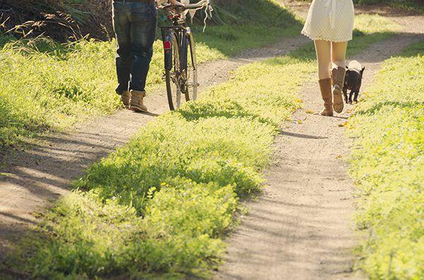 Fotos de parejas originales, paseando por el campo