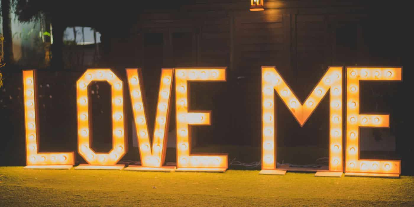 photocall boda, love me con iluminacion para la boda